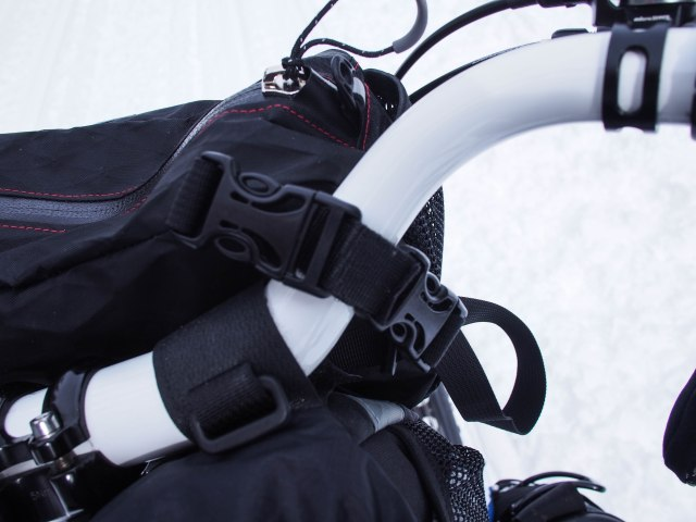 This shows the pocket clips and how the packet attaches to the handlebar.